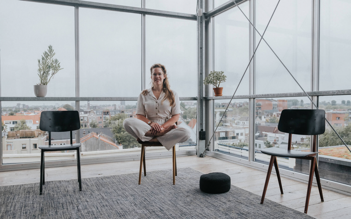 Jolien in mindfulness houding op een stoel in DeDAKKAS